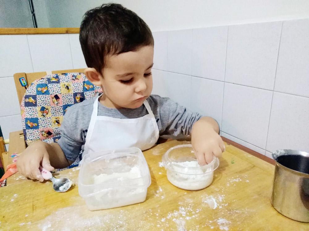 In cucina coi bambini perch cucinare insieme a tuo figlio fa bene diventare mamma - Cucinare coi bambini ...