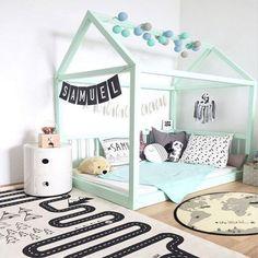 cameretta dei bambini con letto montessoriano